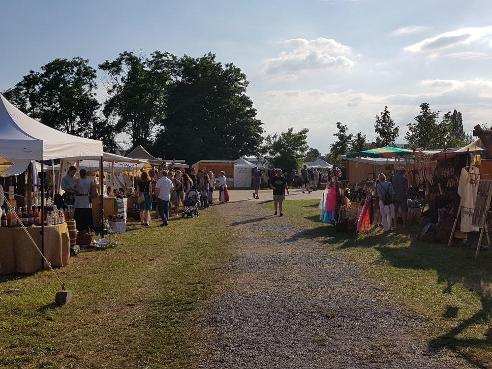 Bild 1  - Blick über den Mittelaltermarkt