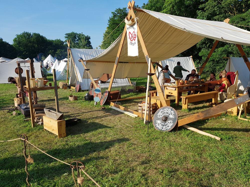 Bild 7 - Stände und Unterkünfte von Rittern, Nomaden, Bauern, Handwerkern etc.