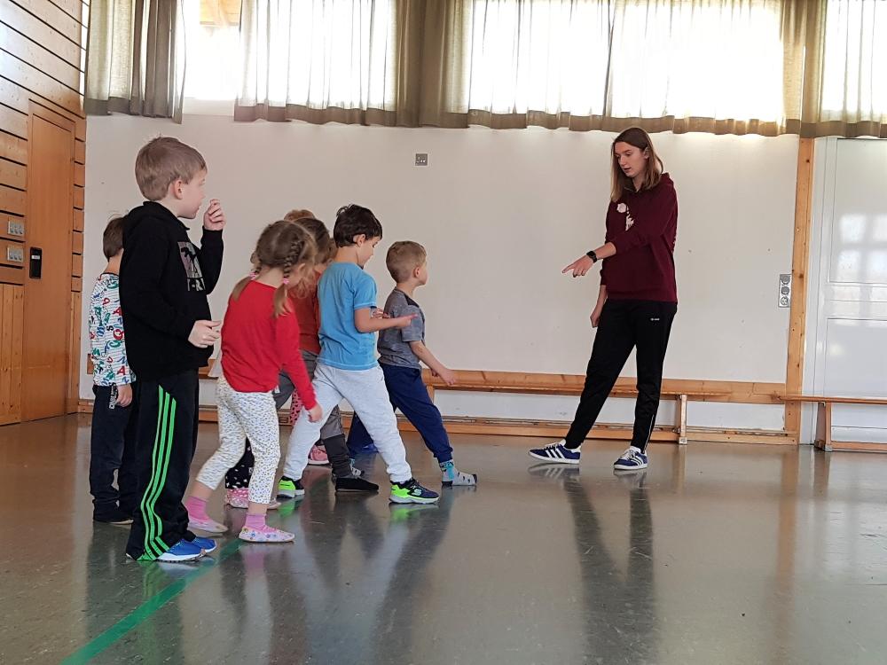 Kinderturnen - Aufwärmlaufspiele vor den Übungen