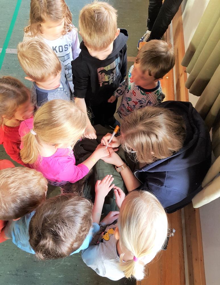 Kinderturnen - Verteilung der Tagesbelohnung